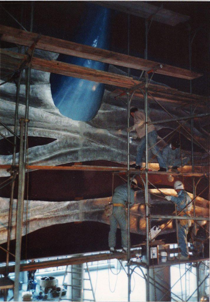 巨大なクジラのオブジェ